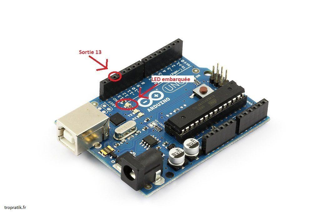 Emplacement de la sortie 13 et de la LED embarquée sur la carte Arduino Uno.