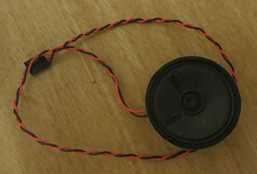 Haut-parleur 8 Ohm récupéré sur une carcasse de vieux PC.