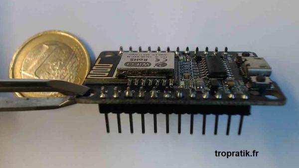 ESP8285 NodeMCU-M avec antenne interne et broches soudées vue de côté